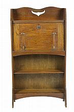 Arts & Crafts * Bureau d'applique en chêne ouvrant par un abattant à la partie haute, une étagère à la partie basse. Circa 1900 124 x 69,5 x 26,5 cm