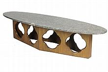 Travail Scandinave Table basse à piétement en teck à décor de quadrilobes ajourés, surmonté d'un grand plateau de marbre noir ovale Circa 1970 40 x 178 x 55 cm