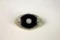 BROCHE ovale de style Art Déco, composée d'une plaque d'onyx réhaussée en son centre d'un motif floral serti de diamants taille ancienne, soulignée de motifs géométriques pavés de diamants taille ancienne et taille rose. Poids brut: 8,4 g. Hauteur: