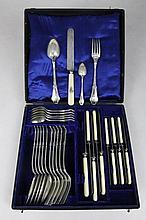 MENAGERE EN ARGENT ET IVOIRE, manches chiffrés CM comprenant: 6 couteaux lames acier, 6 fourchettes, 6 couteaux à fruits lames acier, 6 grandes cuilleres et 6 petites cuilleres. Cochard et Manguin. Dans un coffret. Poinçons Minerve Poids total: 1134
