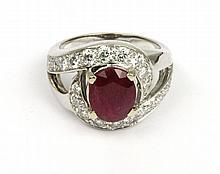 Bague tourbillon en or gris ornée d'un rubis de taille ovale de 2,8 cts agrémenté de 20 diamants blancs de taille moderne de 0,9 cts. Poids brut : 8,5 g TDD : 51