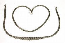 DEUX COLLIERS en or gris la monture stylisée d'un motif géométrique. Poids brut : 88,5 g