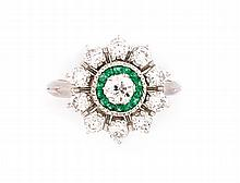 BAGUE marguerite en or gris ornée de diamants et d'emeraudes calibrées. Poids brut : 5,5 g TDD : 56  A white gold, emerald and diamond ring.