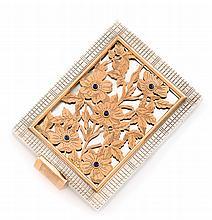 BOUCHERON Poudrier en argent et argent doré, fond de glace au couvercle ajouré stylisant des fleurs et de feuillages ponctués de cinq saphirs facettés en serti clos. Signé et numéroté