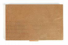 BOITE A CIGARETTES en or jaune rectangulaire, à motif matelassé guilloché et ciselé. Longueur : 300 mm Largeur : 80 mm Poids brut: 238 g