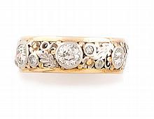 BAGUE en or gris et or jaune 14k ornée d'une succession de diamants de taille ancienne en serti clos, la monture finement ajourée stylisant des feuillages. Poids brut : 6,1 g TDD : 58  A yellow, white gold and diamond ring.