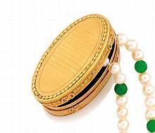 BOITE en or jaune de forme ovale, à decor de guillochage et de gravure. Poinçons de maître à l'intérieur. Longueur : 6 cm Poids brut : 55,1 g  A yellow gold box.
