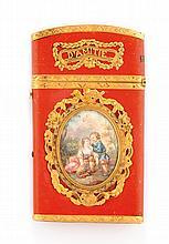 CARNET DE BAL en or jaune et émail rouge, orné de chaque côté d'une miniature sous-verre dans un entourage guilloché. Inscription