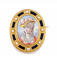 BROCHE Broche en or jaune ornée d'un portrait peint sur porcelaine, dans un entourage d'émail bleu et de perles fines. Hauteur : 40 mm Poids brut : 15,5 gr  A yellow gold, enamel and pearl brooch.