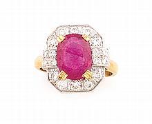 BAGUE style Art Déco en or jaune et or gris ornée d'un rubis de taille ovale de 3,5 cts dans un entourge de 18 diamants blancs de taille moderne de 0,7 cts environ. Poids brut : 8 g TDD : 54 Certificat