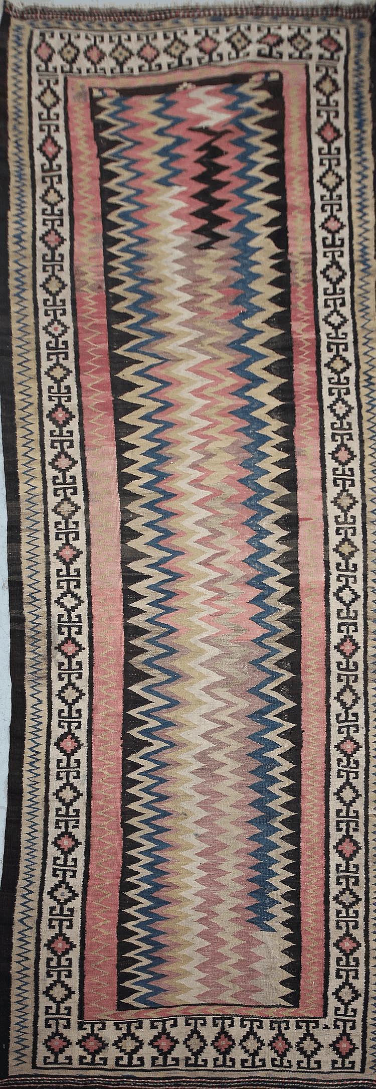 Ancien KILIM-SENNEH-KURDE (nord-ouest de la Perse) à décor de zigzag Milieu XXème siècle 333 x 122 cm