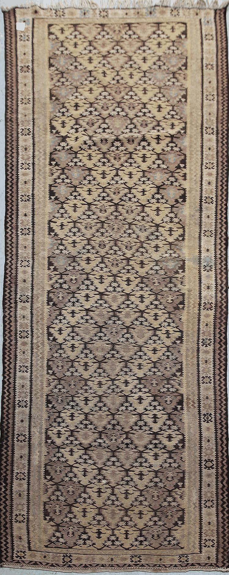 KILIM-VERAMINE (Iran) à semis de petits cyprès stylisés géométriques Milieu XXème siècle 282 x 109 cm