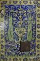 Panneaux au jardin idyllique Ce panneau est composé de carreaux de revêtement mural en céramique peinte en polychromie sous glaçure transparente. Le décor s'organise à partir d'un vase ornementé à bouquet avec une palmette trilobée et ornementée à la