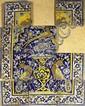 Panneau aux paons Carreaux de revêtement mural en céramique peinte en polychromie sous glaçure transparente. Sous une arcature à plein cintre double épaulement carré, avec les écoinçons ornés d'un ion terrassant un faon, on voit sur fond bleu de