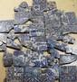 Scène de libation Panneau fragmentaire composé de carreaux de revêtement mural en céramique peinte en polychromie sous glaçure transparente. On aperçoit des courtisans et des convives buvant dans de coupelles. Sur les sol sont posés des carafes, des