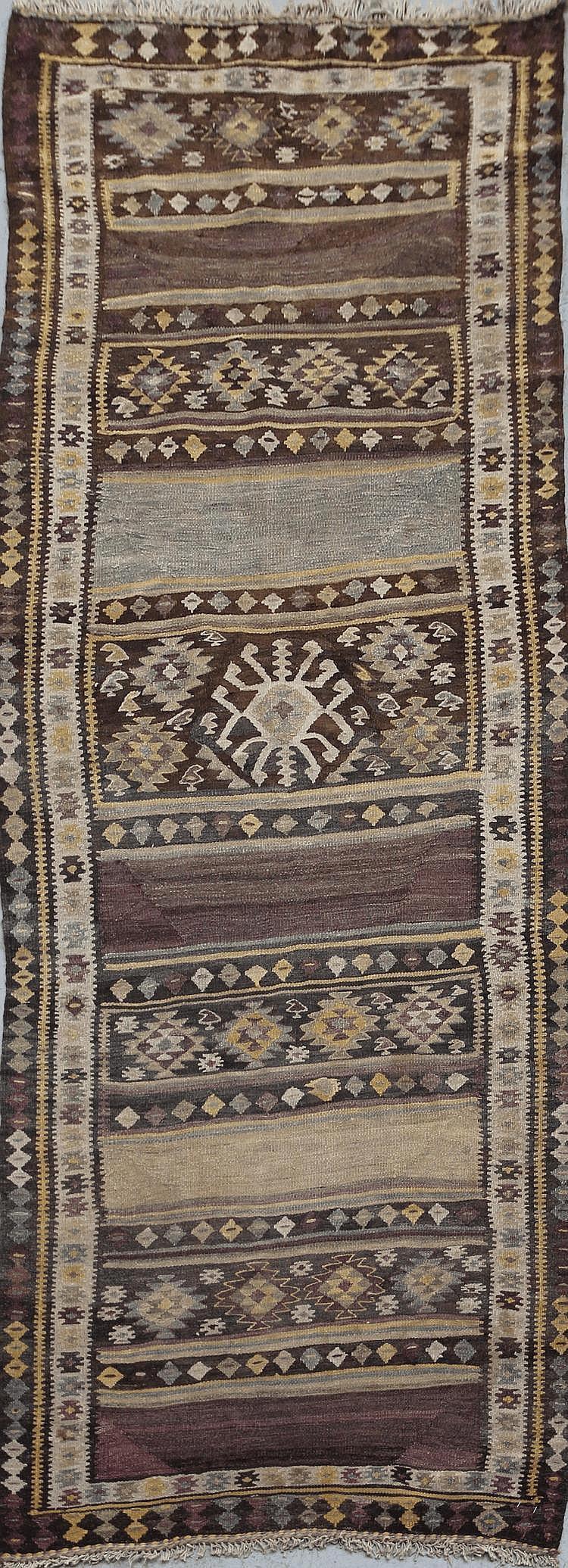 KILIM-BIDJAR (Iran) décor à sabliers stylisés géométriquement et à diamants Vers 1950/60 264 x 112 cm