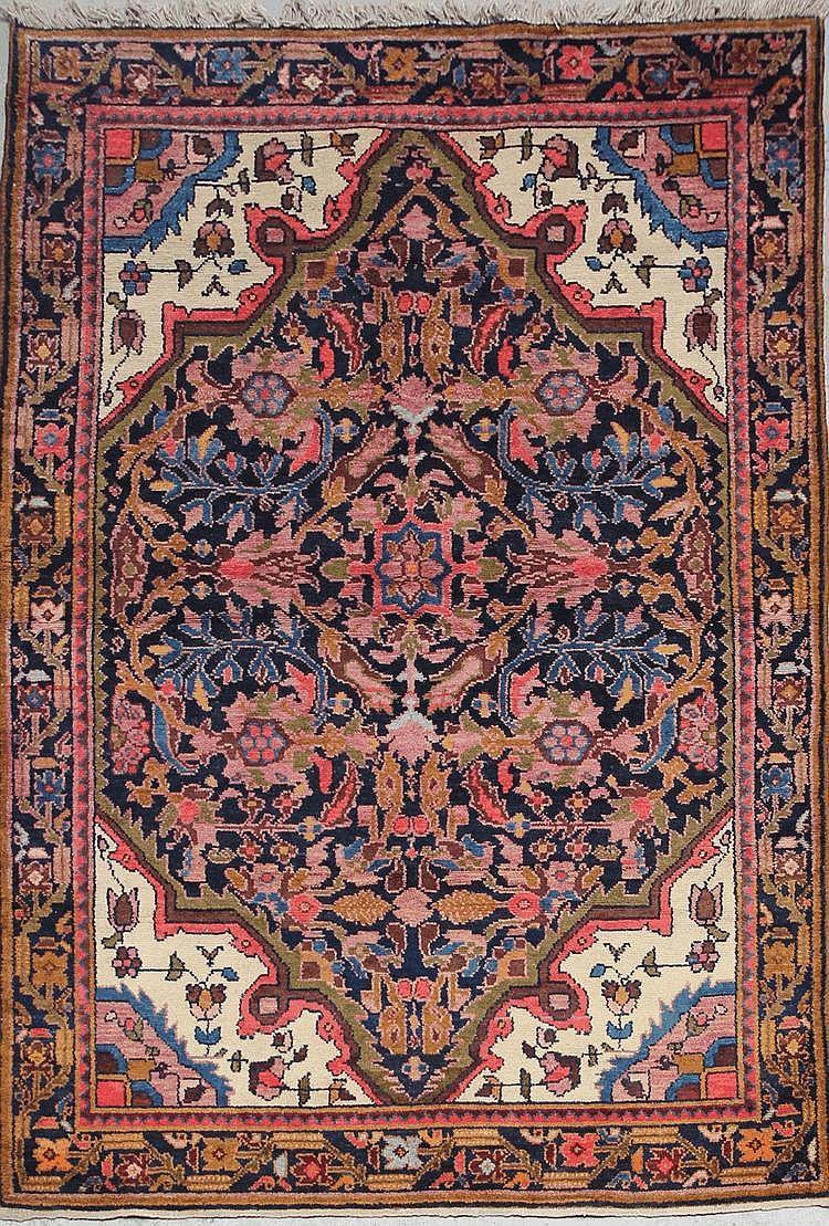 MOSSOUL-FERAHAN (Iran) fond marine à décor floral Vers 1960 218 x 140 cm