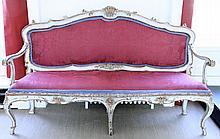PAIRE DE CANAPES A CHASSIS en bois laqué bleu à rechampis blanc, or et roug