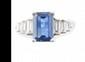BAGUE en or gris ornée d'un saphir d'un de taille émeraude de 2,40 carats épaulé de 6 diamants de taille baguette. Poids brut : 5,1 g TDD : 52  A sapphire, diamond and white old ring