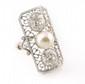BAGUE en platine et or gris ornée de deux diamants de taille ancienne et d'une perle, la monture finement ajourée et ciselée. Poids brut : 6,7 g