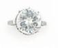 SOLITAIRE  en or gris et platine ornée d'un diamant d'environ 5 carats de taille moderne. Poids brut : 5,2 g TDD : 50 Certificat à venir du LFG  A 5 carats round shaped diamond solitaine and platinium and white gold ring