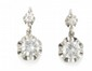 PAIRE DE DORMEUSES en or gris et de diamants de taille moderne. Poids brut : 5,3 g  A diamond and white gold pair of earings.