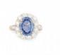 BAGUE en or jaune ornée d'un saphir de taille ovale de 5,33 carats dans un entourage de diamants de taille moderne. Poids brut : 8,7 g TDD : 56  A sapphire, diamond and yellow gold ring