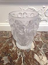 LALIQUE FRANCE Vase Bacchantes en cristal moulé op