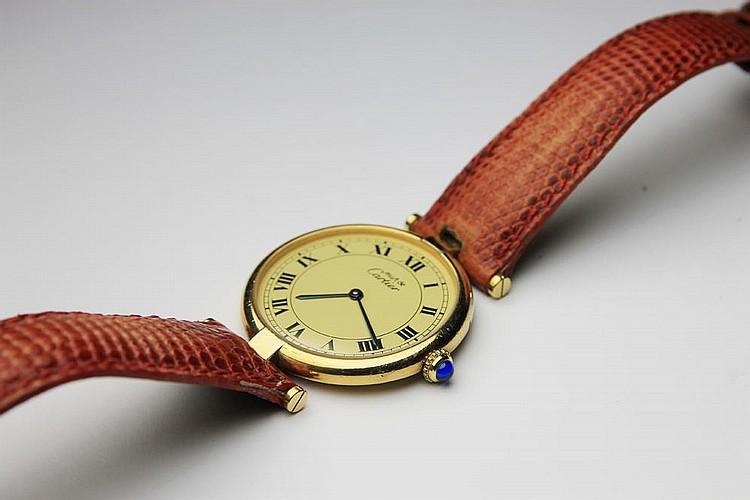 CARTIER  MONTRE en vermeil la cadran rond, le bracelet en cuir rouge