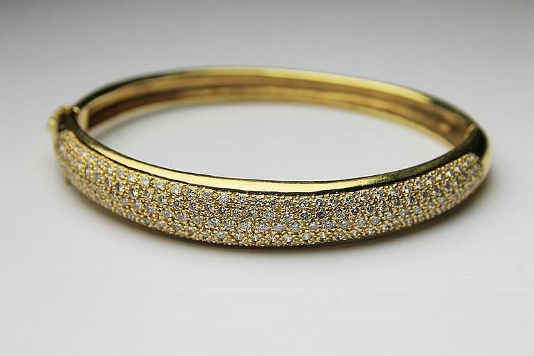 BRACELET jonc en or jaune pavé de diamants de taille brillant. Poids brut : 22,8 g