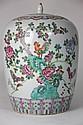 CHINE POT COUVERT en porcelaine polychrome à décor feuillagé. XXème siècle Haut : 30 cm