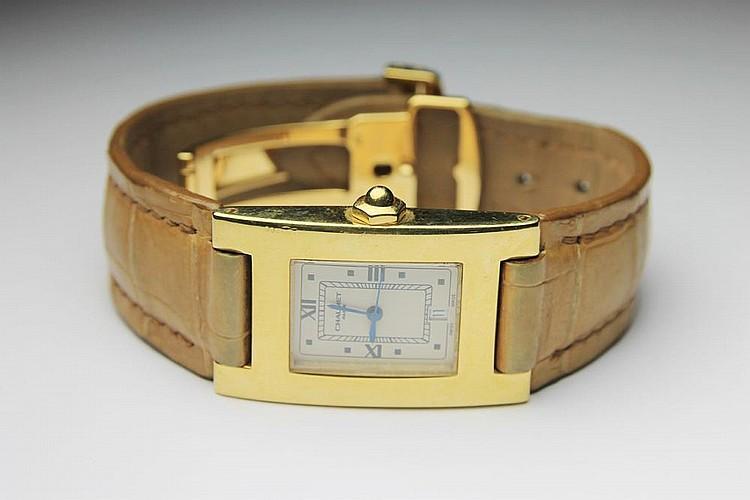 CHAUMET MONTRE en or jaune le cadran rectangulaire, le bracelet en croco beige. Poids brut : 58,2 g