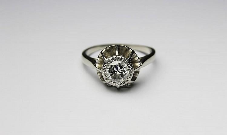 BAGUE SOLITAIRE en or gris, ornée d'un diamant de taille ancienne d'environ 0,92 carat. Poids brut : 2,5 g TDD : 53