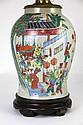 CANTON POTICHE de forme balustre en porcelaine polychrome de Canton montée en lampe à décor d'une scène traditionnelle animée de personnages, chien de Fô, et dragon sacré. Chine, Fin XIXème siècle  Haut. totale avec abat-jour en opaline : 67,5 cm