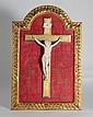 CHRIST en ivoire sculpté dans un cadre en bois doré. Début XXè siècle 17 x 11 cm (christ) 39 x 27 cm (cadre)