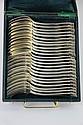 PARTIE DE MENAGERE en métal argenté comprenant douze fourchettes et douze cuillères à décor rocaille, dans leur écrin d'origine. Epoque fin XIXè - Début XXè siècle L: 21,5 cm