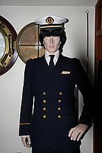 un mannequin habillé en officier de marine