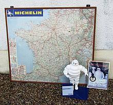 Lot MICHELIN comprenant une carte de France, une plaque avec une horloge et un présentoir.