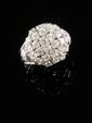 BAGUE boule en platine, ornée de diamants de taille brillant, la monture finement ajourée et pavée de diamants brillantés. Poids brut : 10,2 g TDD : 50 - 51