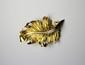 BROCHE en or jaune stylisant une feuille ornée de diamants de taille brillant. Poids brut : 16,7 g