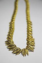 COLLIER en or jaune brossé et guilloché stulisant un feuillage en chute.  Longueur: 40 cm Poids brut: 59 g