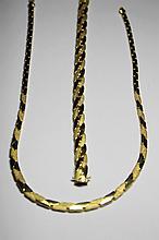 DEMI PARRURE en or jaune mat et poli composée d'un collier et d'un bracelet. Poids brut: 44,8 g  Longueur bracelet: 18,3 cm Longueur collier: 43 cm