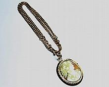 PENDENTIF en or jaune orné d'un camée stylisant le profil d'une jeune femme, accompagné de sa chaine en or jaune à maille gourmette. poids brut: 27g.