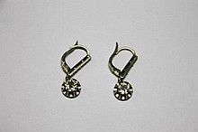 PAIRE DE DORMEUSES en or gris ornée de deux diamants de taille brillant d'environ 0,50 carat. Poids brut : 4,5 g
