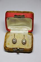PAIRE DE BOUCLES D'OREILLES en or jaune ornée de diamants de taille ancienne dans un entourage de diamants de taille rose. Poids brut: 3,8 g