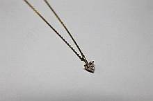 PENDENTIF en or jaune serti d'un diamant taille coeur, accompagné de sa chaine en or jaune. Poids brut : 2,2 g