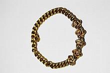 BRACELETen or jaune à maille gourmette décoré de maillons entrelacés ornés de pierres rouges et de petites perles. Poids brut: 8,7 g