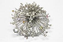 IMPORTANTE BROCHE en or gris, travail stylisé ornée de diamants et de pierres de couleurs ( aigue-marine, citrine, tourmaline, améthyste ) Poids brut : 61,9 g