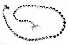 COLLIER RIVIERE en or gris orné de saphirs de taille ronde ponctués de lignes de diamants de taille brillant. Poids brut : 46,9 g