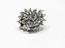 BAGUE en or gris stylisée et ornée d'une succession de diamants de taille brillant dont deux plus importants au centre. Poids brut : 10,5 g TDD : 50